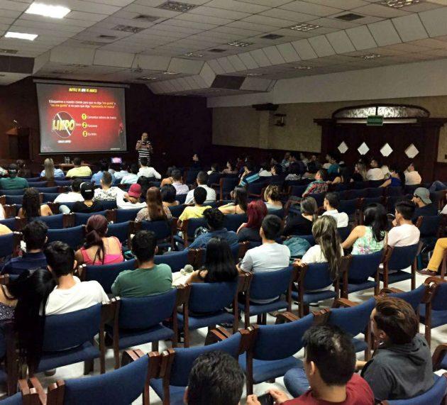 Carlos Cortés capacitando estudiantes en UDES (Bucaramanga)